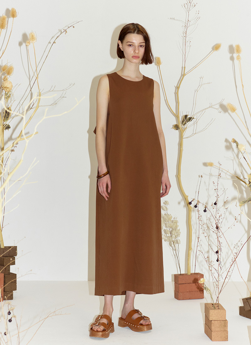 BACK POINT SLEEVELESS DRESS - BROWN